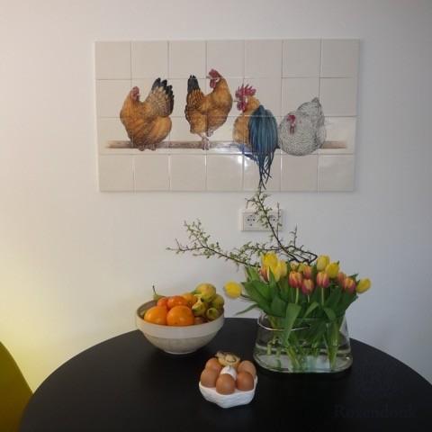 Hühner an der Wand