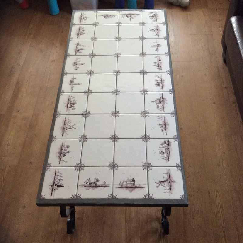 Tisch mit Landschaften