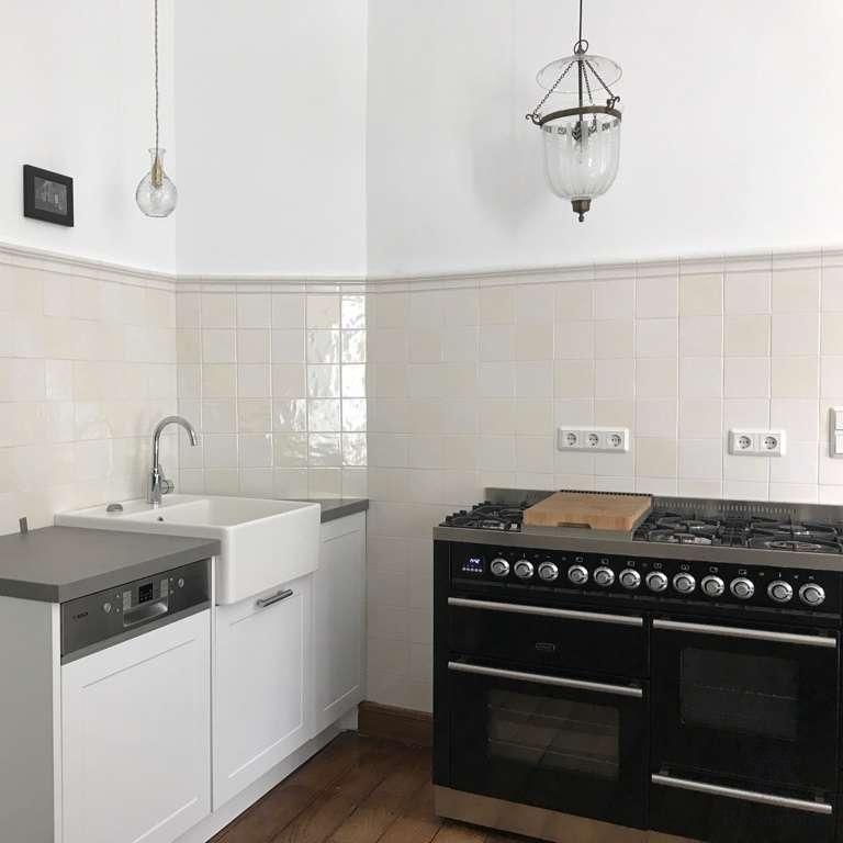 Küchenwand mit Uni Fliesen und Profil A