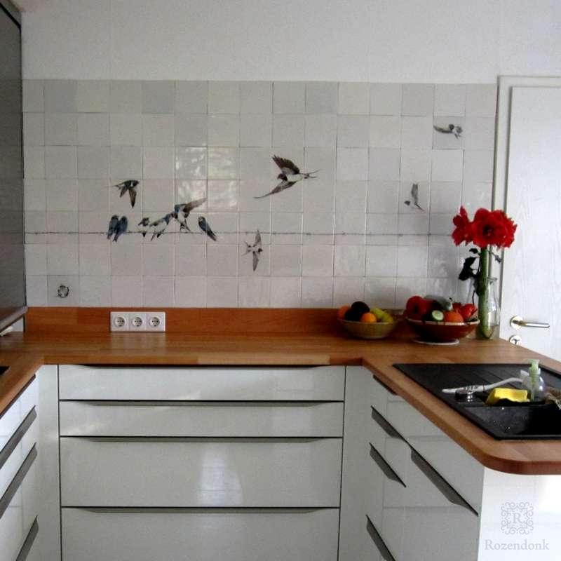 Schwalben auf Stacheldraht in eine weiße Küche