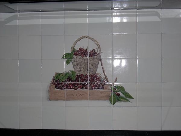 Korb und Kiste mit Kirschen